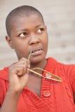 svart grubbla kvinna Fotografering för Bildbyråer