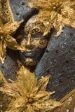 svart guldmaskering venice Arkivbild