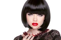 Svart guppar frisyren röda kanter Brunettflicka med kort sunt Royaltyfri Bild