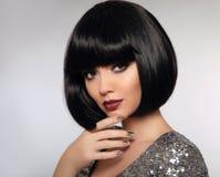 Svart guppar frisyren Skönhetmakeup, silver Manicured polermedel spikar arkivfoto