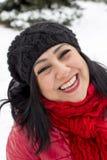 Svart haired turkisk kvinnastående på en snöig dagbakgrund royaltyfri fotografi