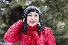 Svart-haired turkiska kvinnor som poserar på en snöig dag royaltyfria foton