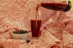 Svart hallon och fruktsaft royaltyfri bild