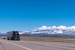Svart halv lastbil på motorvägen Royaltyfri Fotografi