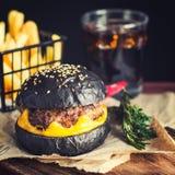 Svart hamburgare med drinken Royaltyfria Bilder