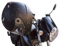 Svart hjälm för motorcykel rakt framifrån på den klassiska cykelstången som isoleras på vit royaltyfri fotografi