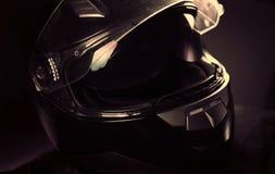 svart hjälmmotorcykel Royaltyfria Bilder