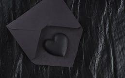 Svart hjärta på svart kuvert Arkivfoton