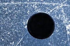 Svart hockeypuck Arkivbilder