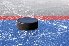 Svart hockeypuck Royaltyfri Bild