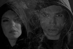 svart hooded folkgatawhite Royaltyfri Bild