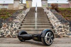 Svart hoverboard mot bakgrunden av trappa Royaltyfria Foton