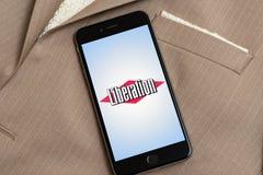 Svart iPhone med logo av den franska nyhetsmediabefrielsen p royaltyfria foton