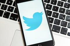 Svart iPhone med logo av socialt massmedia Twitter på skärmen royaltyfria bilder