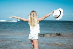 svart isolerad begreppsfrihet Sexig kvinna på en strand av den Bali ön Hon tycker om den fridfulla havnaturen under loppferier Royaltyfria Foton