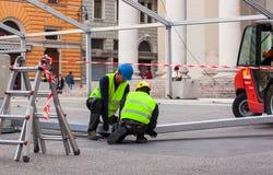 svart isolerad ståendeworking för grupp missfoster Royaltyfri Foto