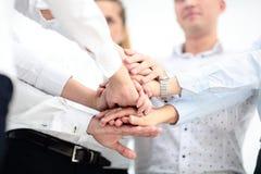 svart isolerad teamwork för begrepp 3d illustration Sammanfogade händer för affärsfolk Fotografering för Bildbyråer