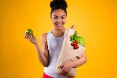 Svart isolerade flickainnehaväpple och livsmedel fotografering för bildbyråer
