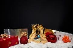 svart jul för bakgrund som fäster den bland annat banan för garnering ihop Arkivbilder