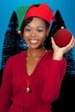 svart jul som rymmer prydnadkvinnan Arkivfoto