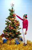 svart jul som rymmer prydnadkvinnan Fotografering för Bildbyråer