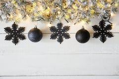 Svart julbaner, vitt trä, kopieringsutrymme Royaltyfri Fotografi
