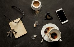 Svart kafétabell - tom kaffekopp och smartphone royaltyfria bilder