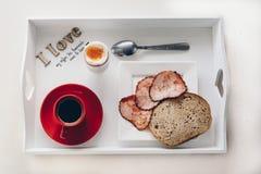 Svart kaffe, ägg, stekt skinka och bröd Royaltyfri Bild