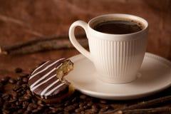 Svart kaffe i den vita koppen royaltyfria foton