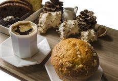 Svart kaffe i en vit kopp med muffin Royaltyfri Bild