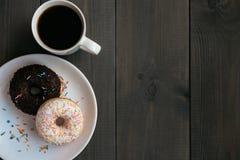 Svart kaffe i en vit rånar och choklad två på en platta ovanför sikt Fotografering för Bildbyråer