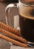 Svart kaffe i exponeringsglas kuper Royaltyfri Bild