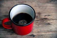 Svart kaffe i röd kopp Arkivbild