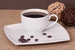Svart kaffe i vit kuper royaltyfri bild