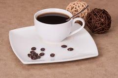 Svart kaffe i vit kuper arkivbilder