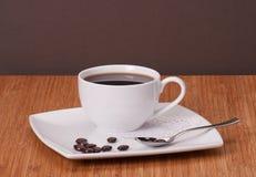 Svart kaffe i vit kuper arkivbild