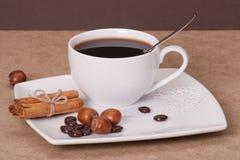 Svart kaffe i vit kuper royaltyfri fotografi
