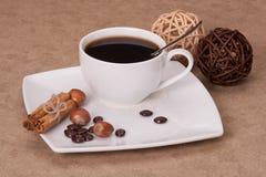 Svart kaffe i vit kuper fotografering för bildbyråer