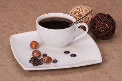 Svart kaffe i vit kuper royaltyfria foton