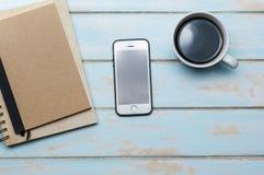 Svart kaffe med den anteckningsbokdagboken och smartphonen Fotografering för Bildbyråer