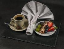 Svart kaffe med den kräm- koppen, sund driftig frukost, stång w Royaltyfri Bild