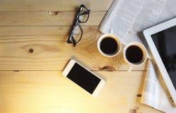 Svart kaffe med den tomma digitala minnestavlan och mobiltelefonen, magazin arkivbild