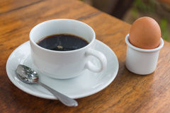 Svart kaffe med det tjuvjagade ägget Royaltyfria Foton