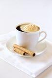 Svart kaffe med glass- och chokladpinnen arkivbild