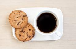 Svart kaffe med kakor Royaltyfria Bilder