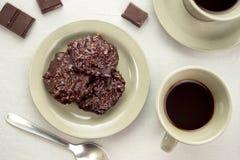 Svart kaffe med mörka chokladkakor Royaltyfri Foto