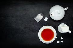 Svart kaffe med mjölkar och kopierar utrymme Arkivbild