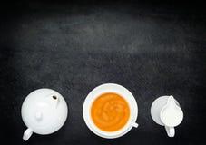 Svart kaffe med mjölkar, tekanna- och kopieringsutrymme Arkivfoto