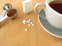 Svart kaffe med sötningsmedelminnestavlor Arkivbild