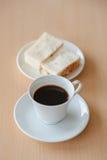 Svart kaffe med smörgåstonfisk Fotografering för Bildbyråer